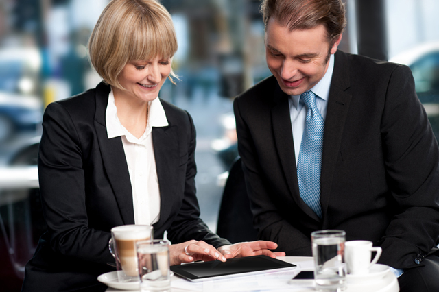 woman-and-man-looking-at-tablet-4-key-benefits-of-a-mobile-sales-force