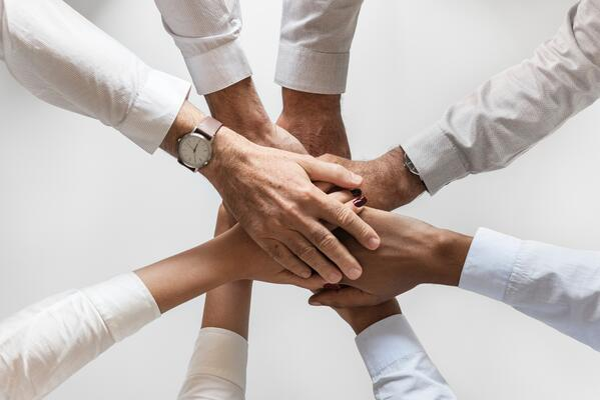 Team-hands-on-top-alignment-encouragement-modus