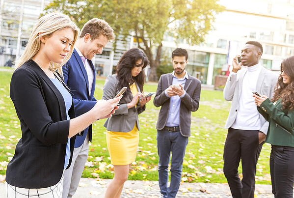 social-selling-group-with-phones